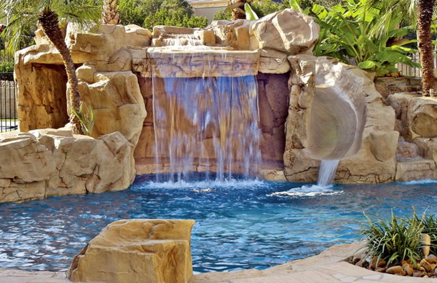 Descubre las diferentes opciones de cascadas y fuentes for Piscinas pequenas con cascadas