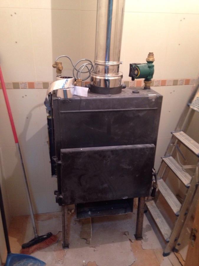 Casset de carga exterior, ubicada en despensa para ver el fuego desde el salón.