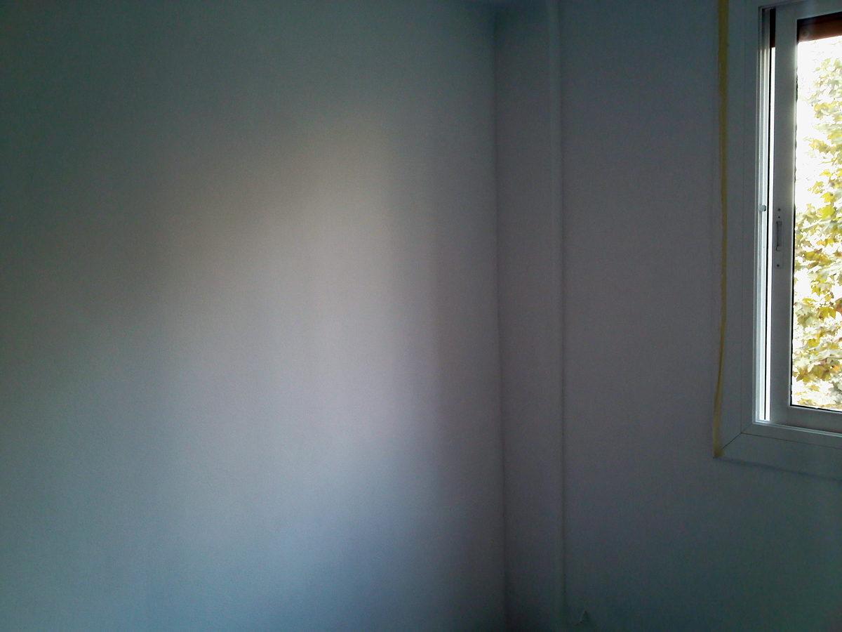 Salón con paredes tratadas y pintadas