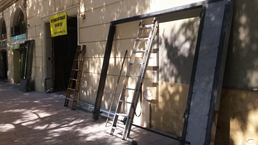 Preparativos para instalación de cerramiento con puerta de tres hojas plegables