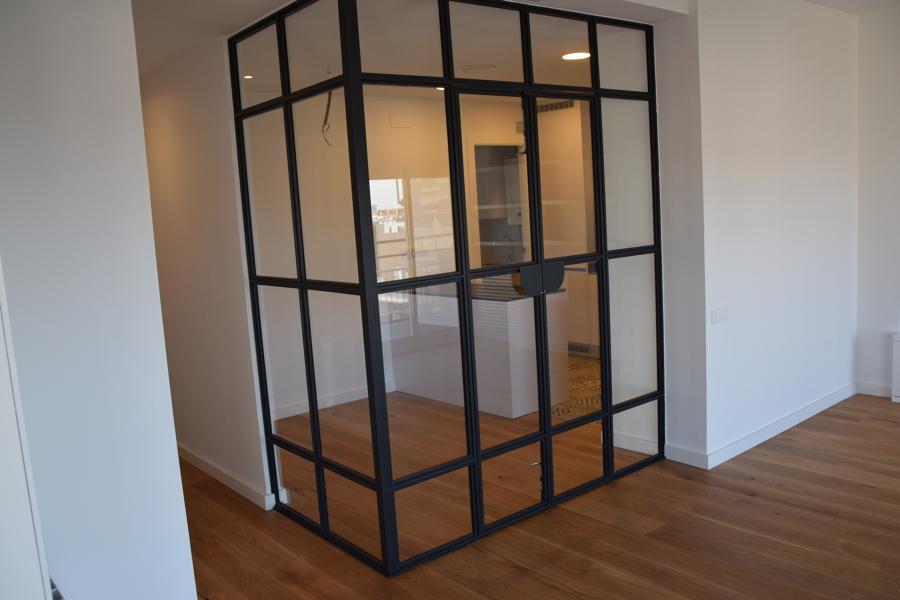 Cerramiento de acero y vidrio de la cocina.