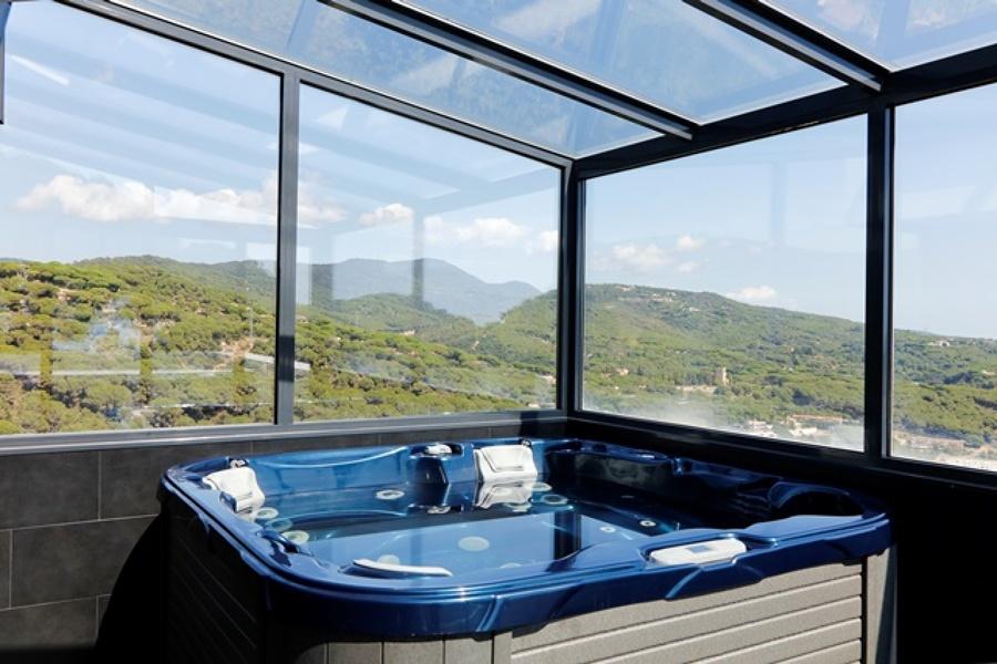 Cerramiento de aluminio y spa adyacente al baño de la suite