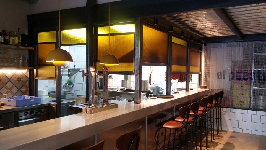 Cerramiento de cocina con ventanas guillotina en hierro y vidrio armado