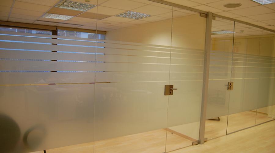 Foto cerramiento de cristal de las oficinas de gramil for Cerramientos oficinas