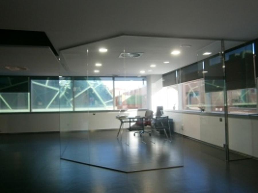 Decoraci n de interiores con cristal ideas reformas ba os for Cerramientos para oficinas