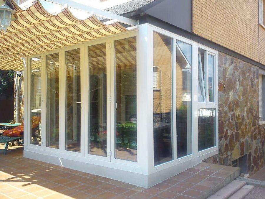 Cerramiento de terraza con puertas abatibles