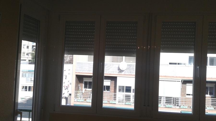 cerramiento de terraza en color blanco y persiana