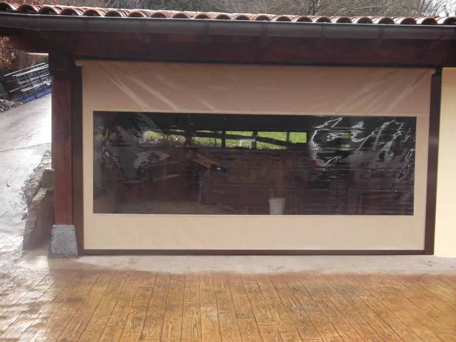 Foto cerramiento con toldos verticales con gu as de for Guias para toldos verticales