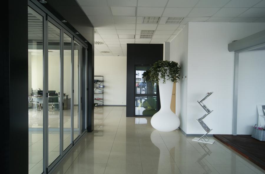 Cerramiento plegable de aluminio y mobiliario de vanguardia
