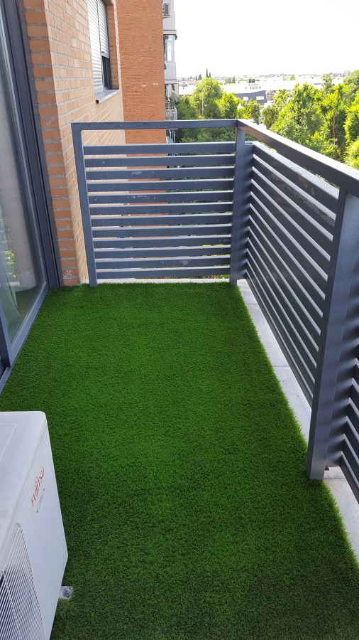 Mini terraza con cesped artificial madrid ideas jardineros - Terrazas con cesped artificial ...