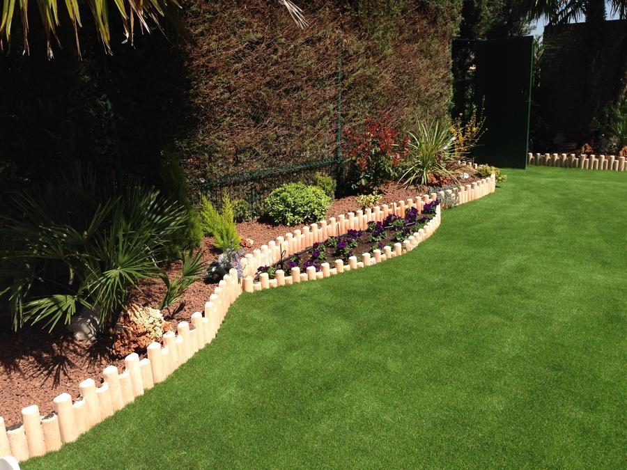 Jardin con c sped artificial ideas pavimentos continuos - Fotos de cesped artificial ...