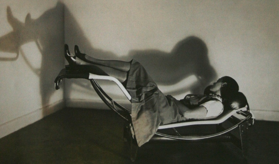 Charlotte Perriand, en la Chaise Longue LC4
