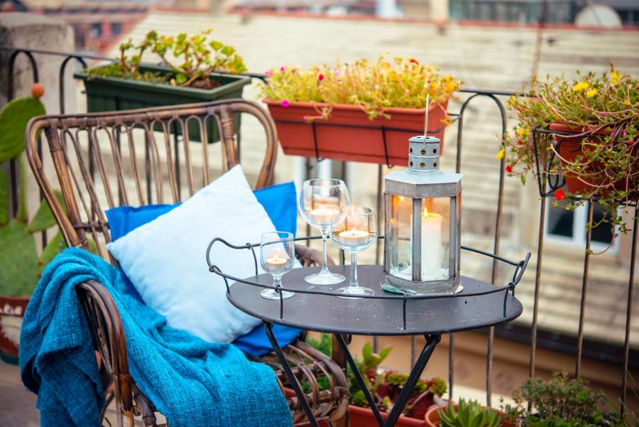 balcón con decoración