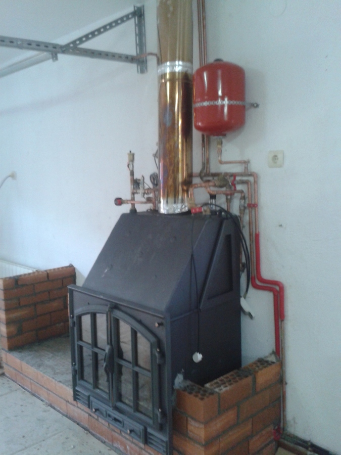 Foto chimenea de le a insertable para la calefacci n por for Instalacion de chimeneas