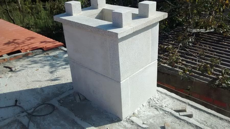 Chimenea de piedra en construcción