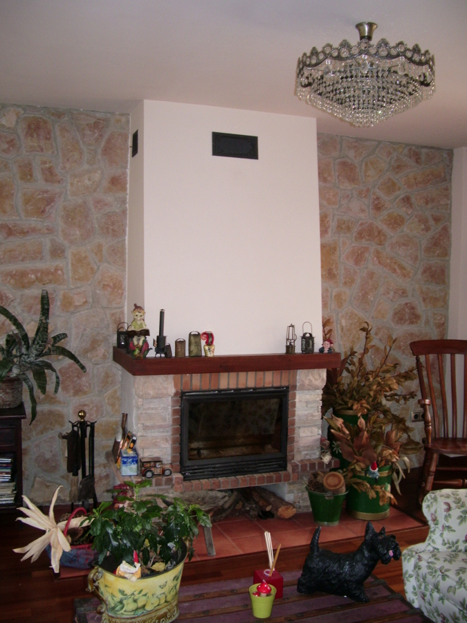 Chimenea y pared de piedra