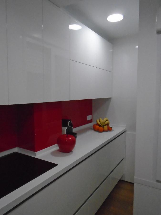 Cocina con puertas en alto brillo y cristal templado en - Reformas cocinas sevilla ...