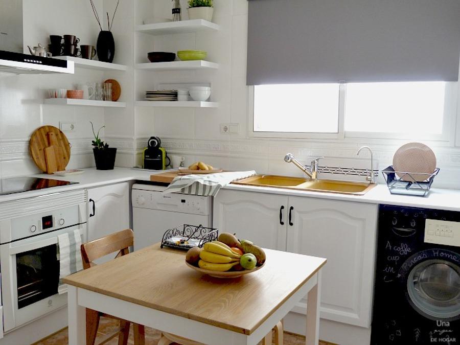 cocina con muebles pitnados