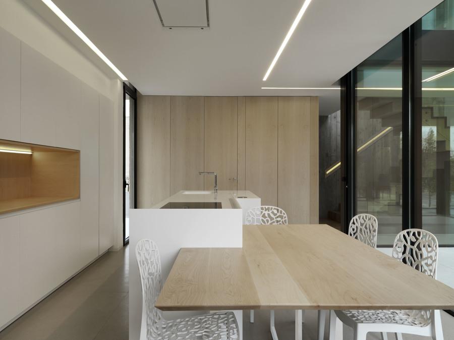 Cocina barra y mesa de madera