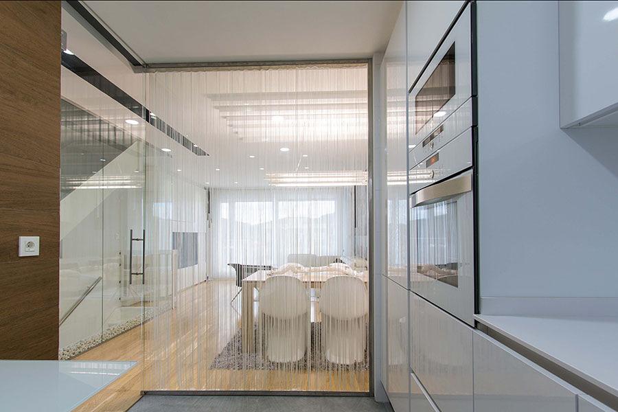 Una deliciosa casa en blanco y negro ideas reformas viviendas - Tabiques de cristal para viviendas ...