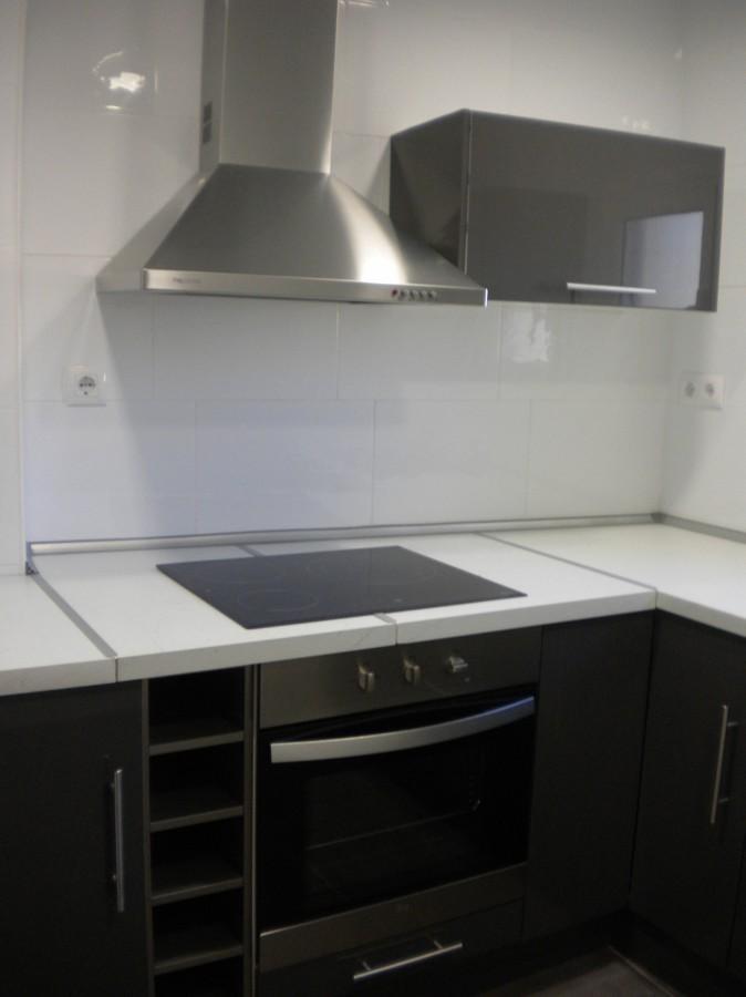Reforma integral de cocina con mobiliario de color oscuro ideas reformas cocinas - Reforma integral cocina ...