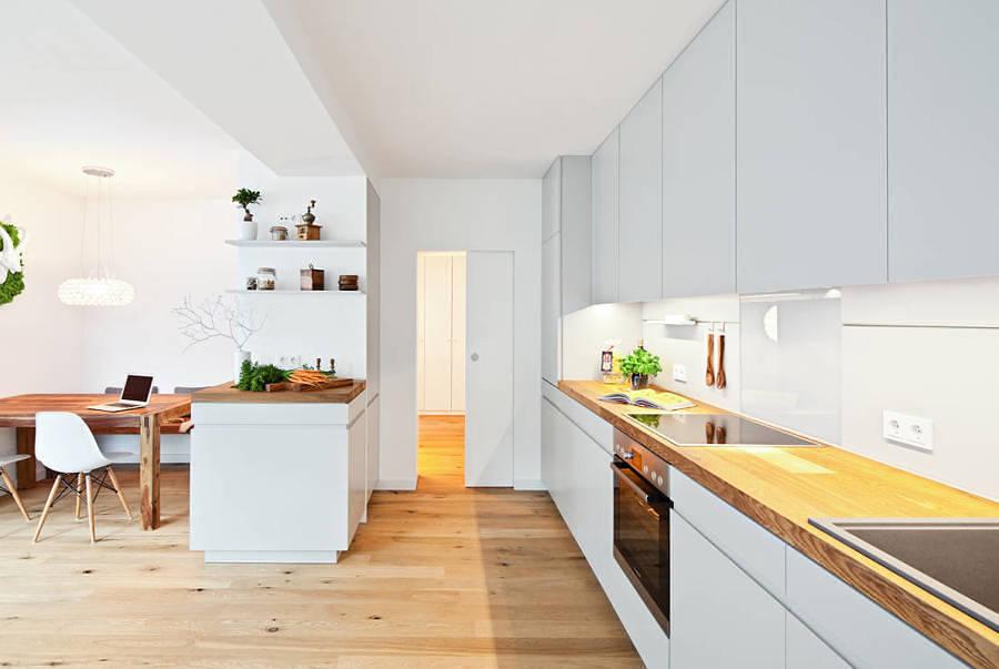 Foto Cocina a Medida con Muebles Blancos sin Tiradores y Suelo de