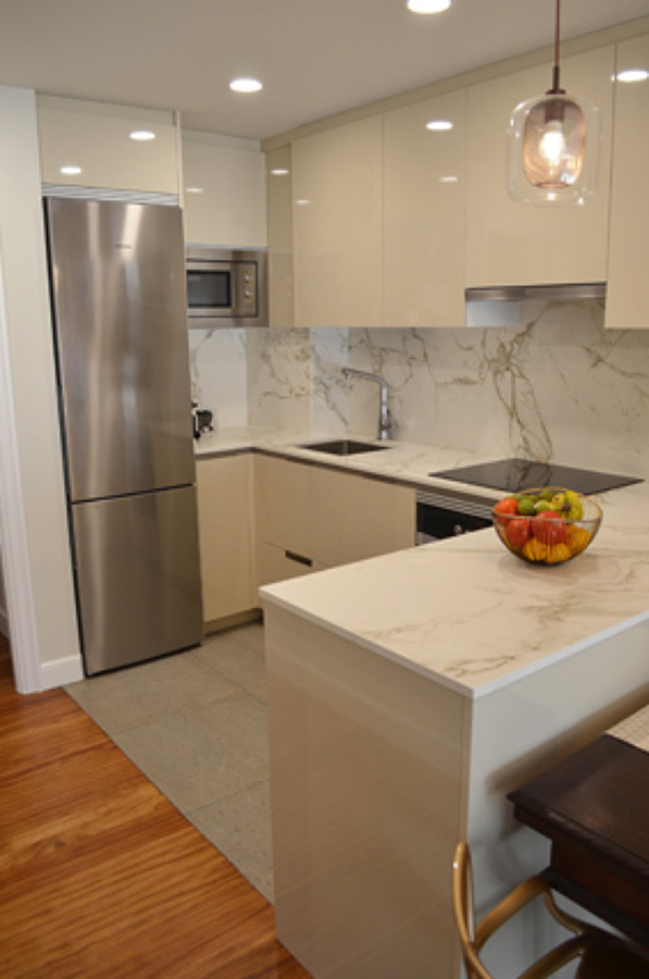 Foto cocina abierta al comedor con pen nsula de allo estudioa 1312671 habitissimo - Cocinas con peninsula ...