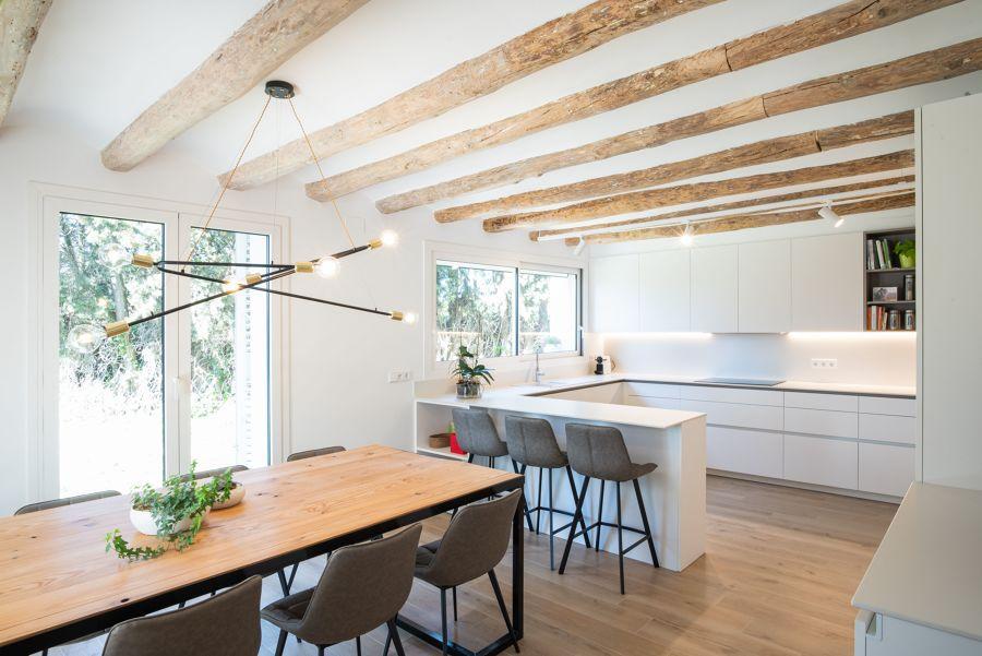 Cocina abierta al comedor con techos con vigas