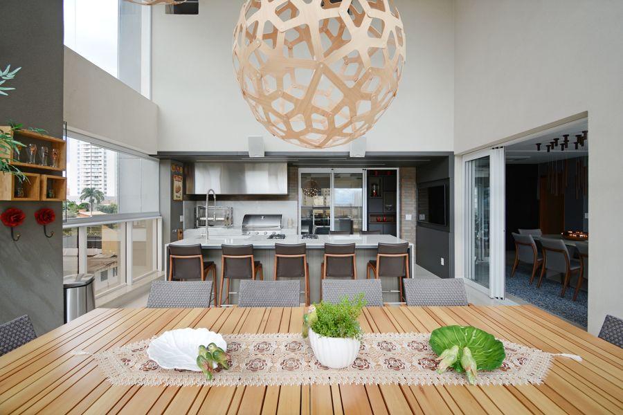 Cocina abierta al comedor con techos de grandes alturas