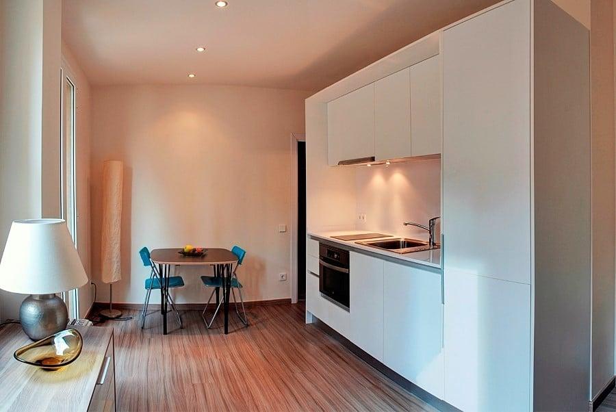 Una vivienda de 30 m2 que gana en amplitud y frescura for Reforma cocina abierta al salon