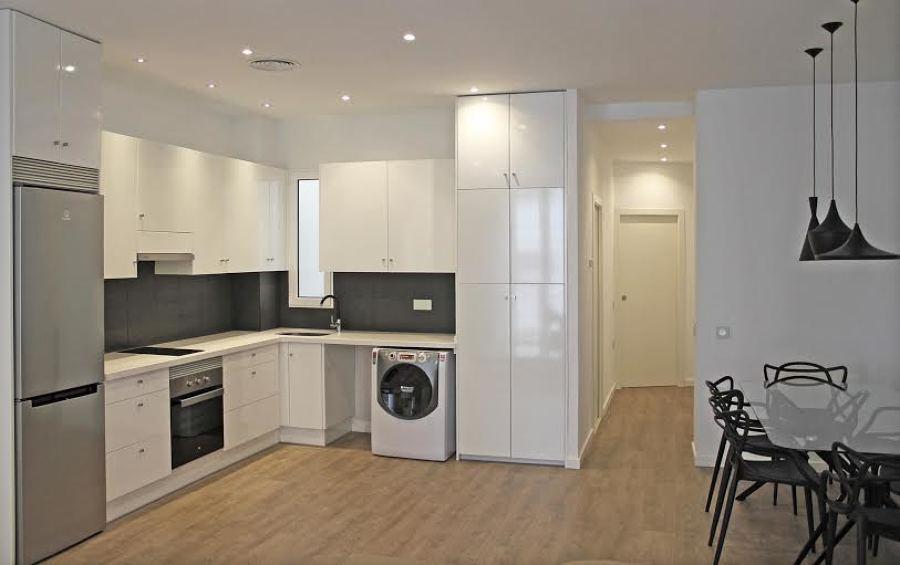 Transformaci n total de oficina en vivienda en el famoso - Cocina salon comedor ...