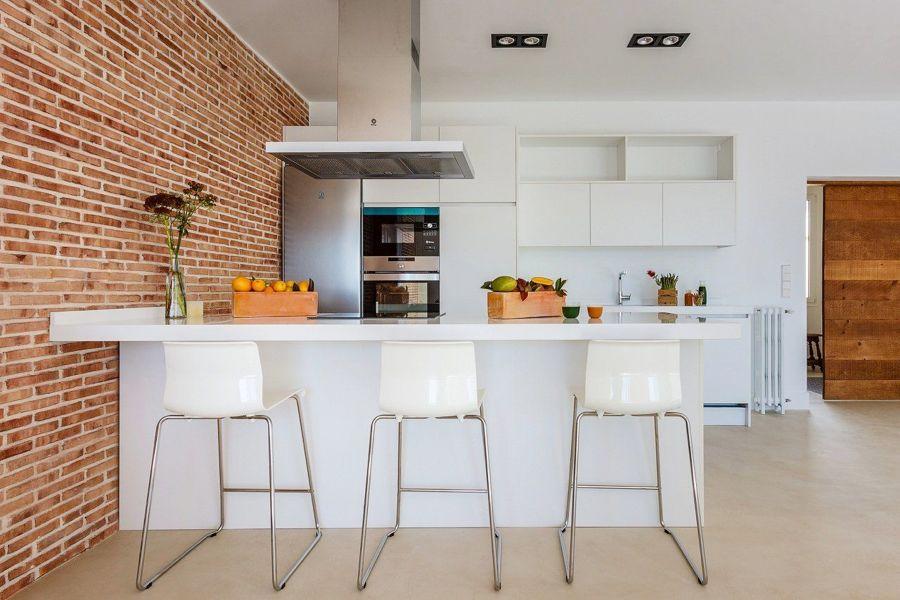 Cocina abierta al salón con columna de horno y microondas