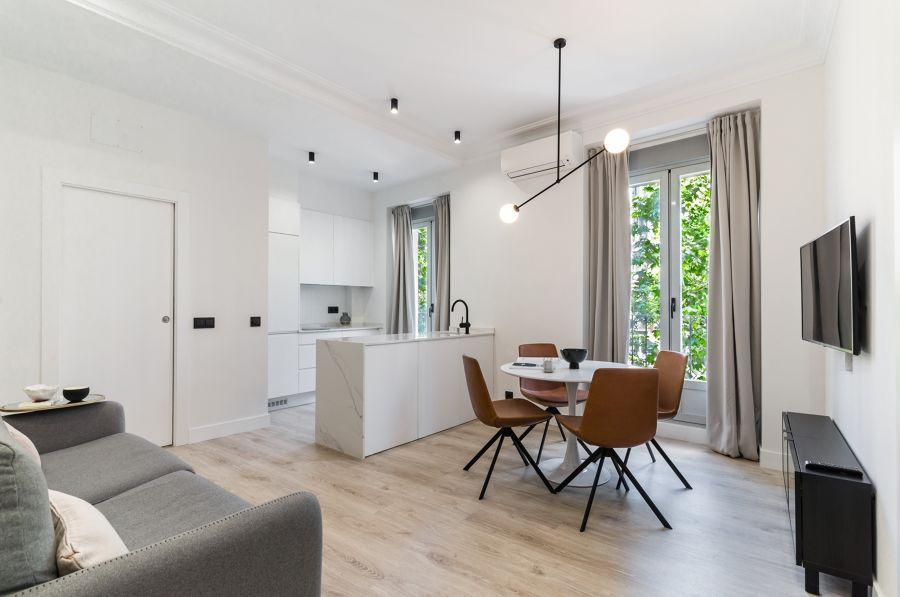 Cocina abierta al salón con suelo cerámico imitación madera