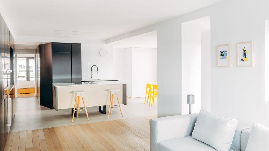 Cocina abierta al salón de estilo minimalista