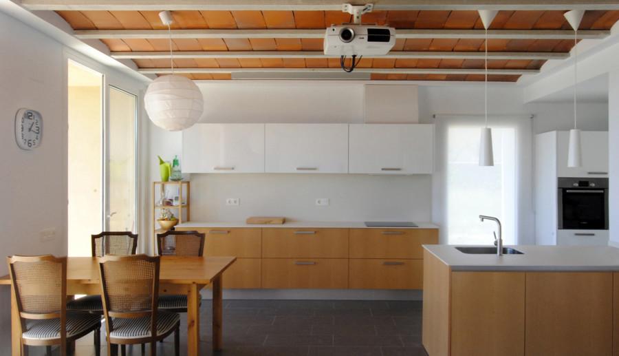Cocina abierta con mobiliario de madera