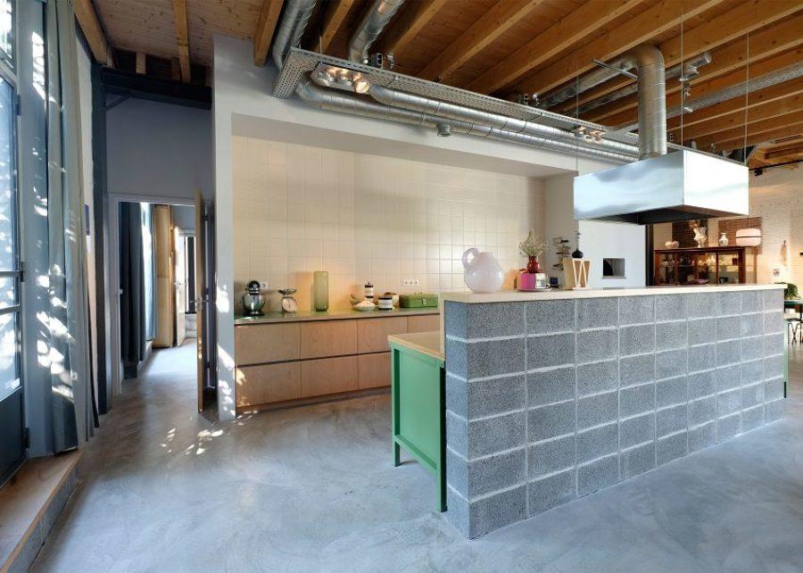 Cocina abierta con pared de alicatado