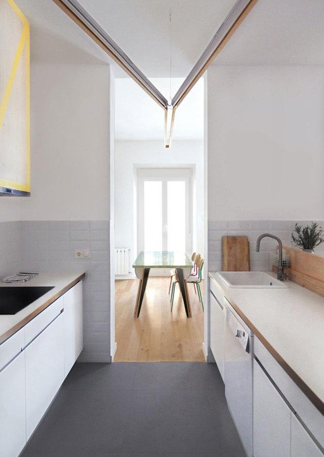 Foto cocina abierta con suelo de baldosa de lola mulledy - Baldosas suelo cocina ...