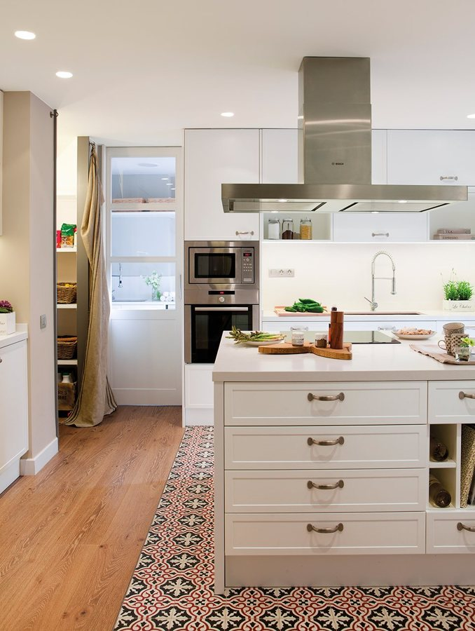 cocina abierta con suelo hidraúlico
