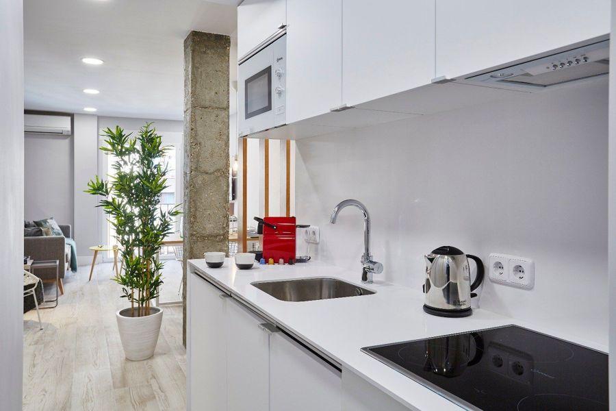 Cocina abierta y con muebles blancos