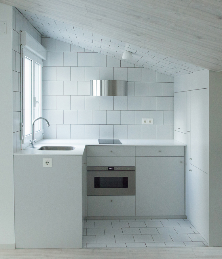 Foto cocina abuhardillada de alicatado blanco de lola - Cocinas alicatadas ...