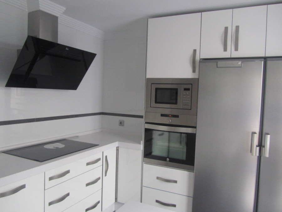 Cocina alto brillo blanco modelo 1 ideas carpinteros - Muebles lacados en blanco brillo ...
