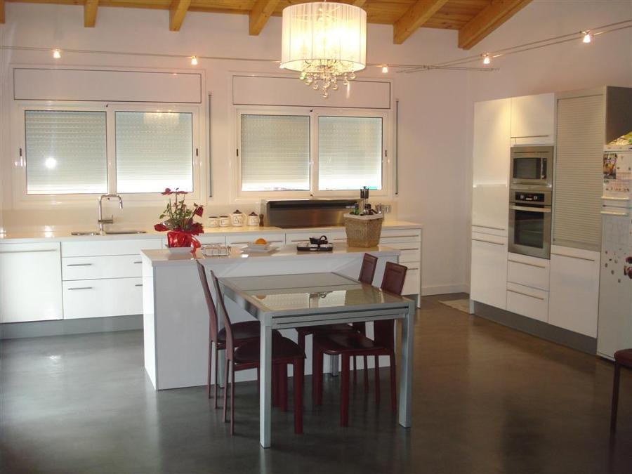 Cocinas con mesa dise os arquitect nicos for Mesa comedor cocina