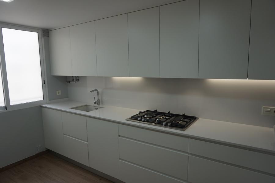Foto cocina bancada frontal en blanco de gts reformas - Bancadas de cocina ...