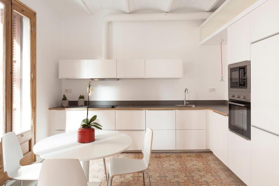 Cocina blanca abierta al espacio