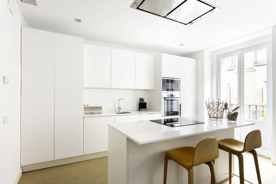 Cocina blanca abierta al salón