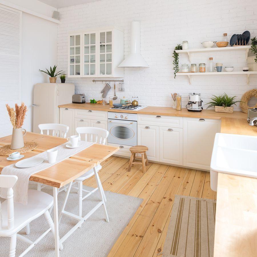 cocina blanca con alfombras de algodón