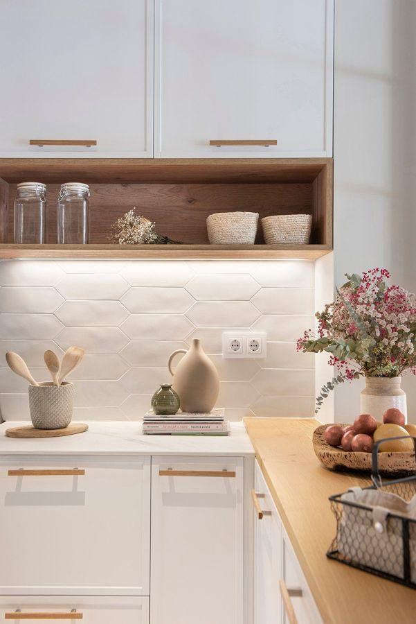 Cocina blanca con armarios y almacenaje