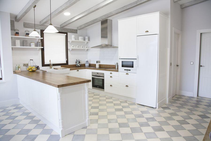Cocina blanca con frigorífico de una puerta
