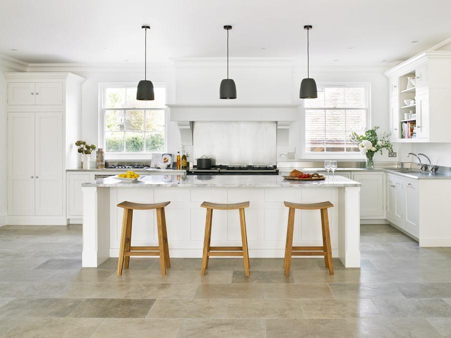 Foto cocina blanca con gran isla central de marta 916474 for Cocina integral con isla central