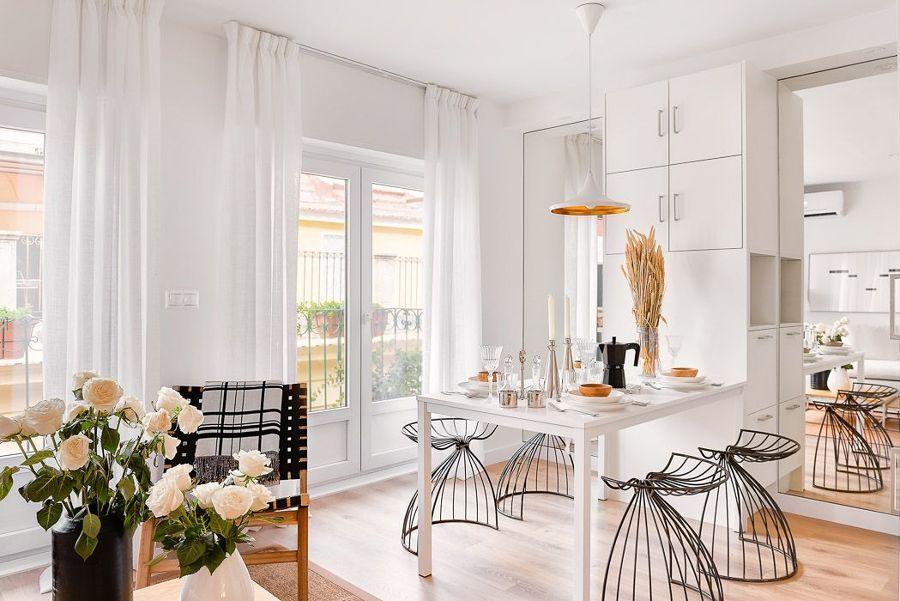 Cocina blanca con grandes espejos
